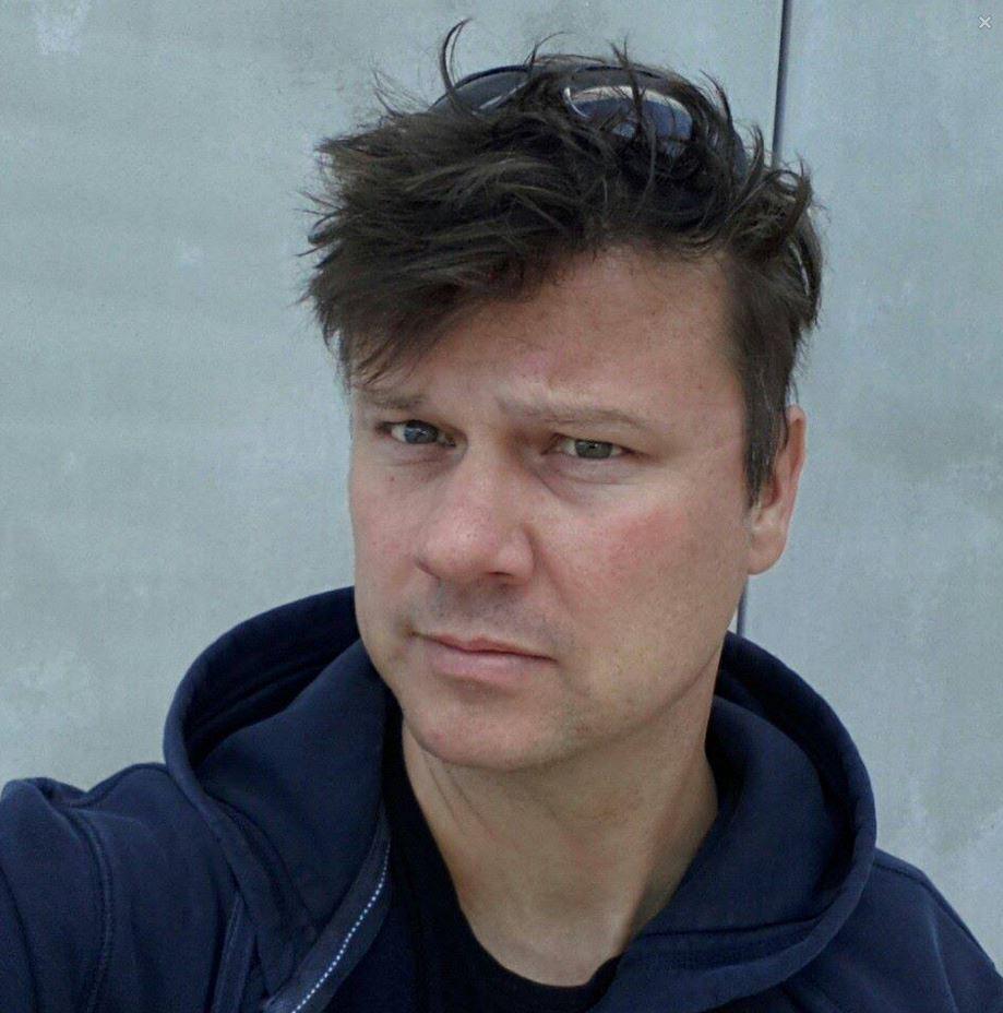 Jan Moláček, reportér ČT, sdílí články ze stránky, na které píše protižidovský extremista