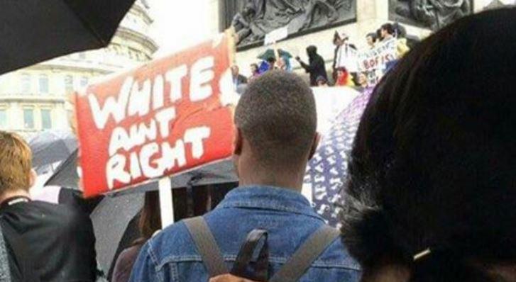 Běloši se mýlí, drží na demonstraci proti brexitu muž