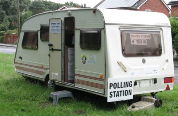 I takhle může vypadat volební místnost