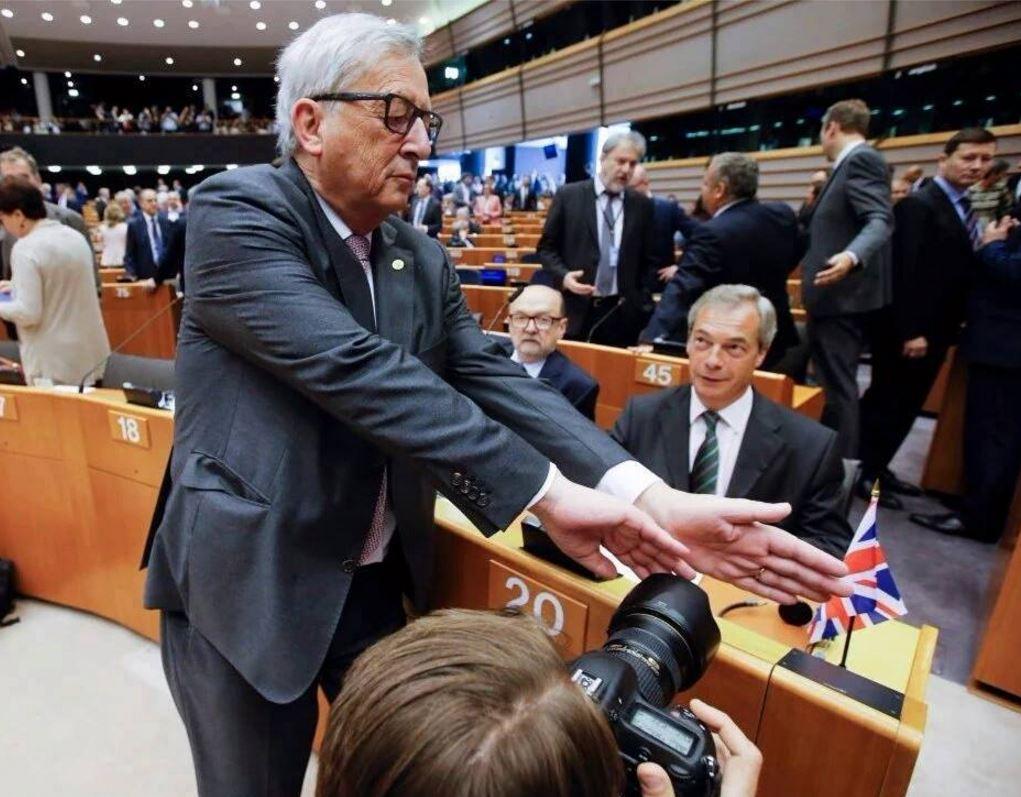 Juncker se pokouší zabránit fotografovi, aby zachytil Nigela Farrage