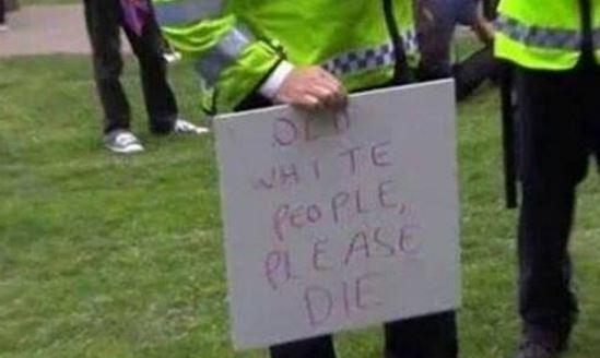 Starší běloši, prosím, zemřete. Transparent z demonstrace proti brexitu zabavený policií