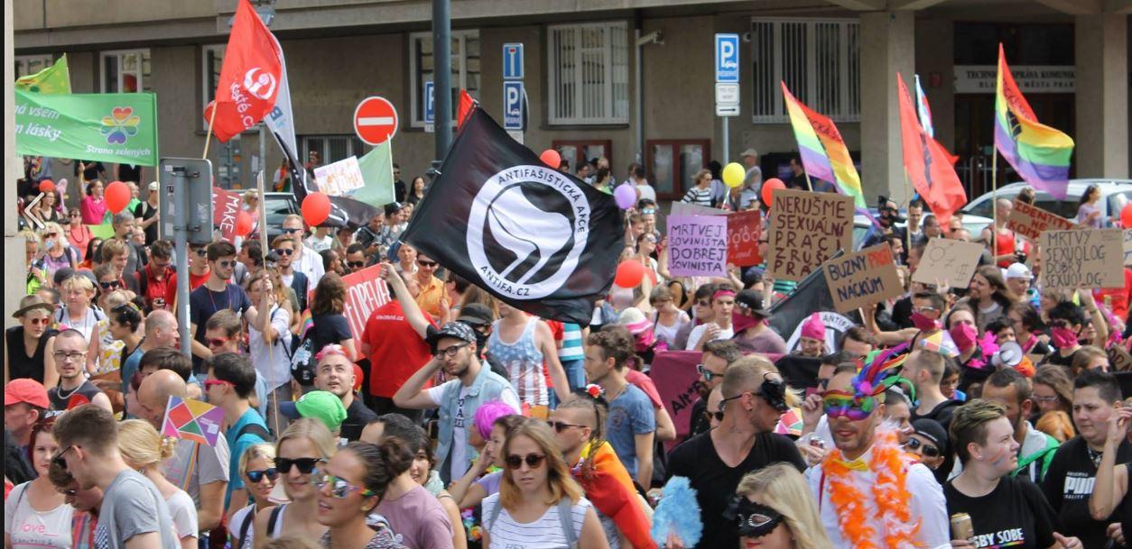 Prague Pride: Přehlídka levicových extremistů, stánek HateFree a politická agitka