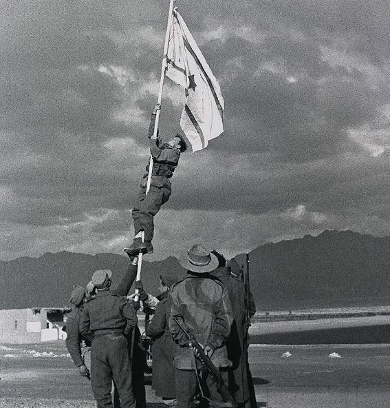 vztyceni-izraelske-inkoustove-vlajky-v-ejlatu