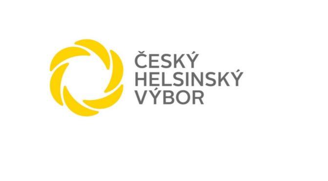 Helsinský výbor žádá vyhazov úředníka ministerstva vnitra. Seděl vedle Lhoťana, odůvodňuje