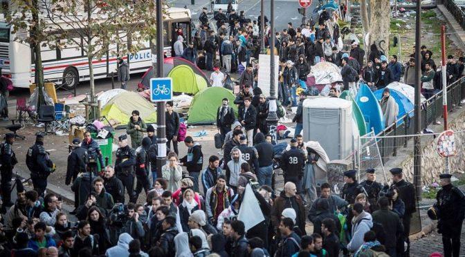 Nepokoje v Paříži: Policie vyklízí tábor obyvatel džungle z Calais