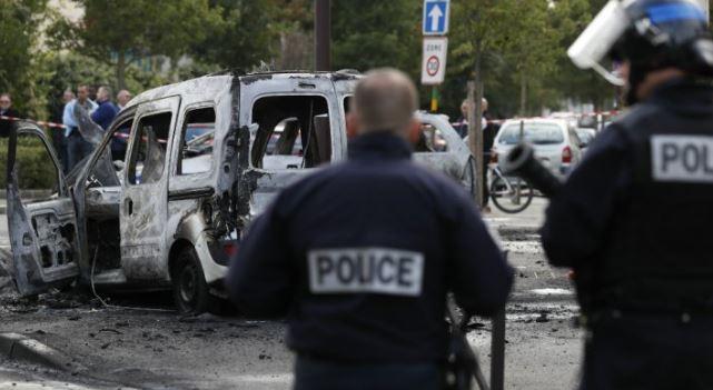 Policejní vůz skončil po útoku zcela spálený