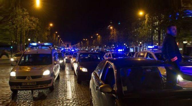 Pachatelé málem upálili dva policisty. Jejich kolegové vyšli ve Francii do ulic
