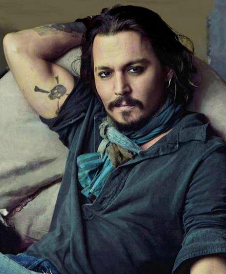 """Johny Depp má lebku s """"hnátami"""" za ní - podle Perszynského nacistický symbol"""