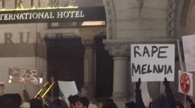 Před hotelem TRUMP demonstrant vyzývá k znásilnění budoucí První dámy USA