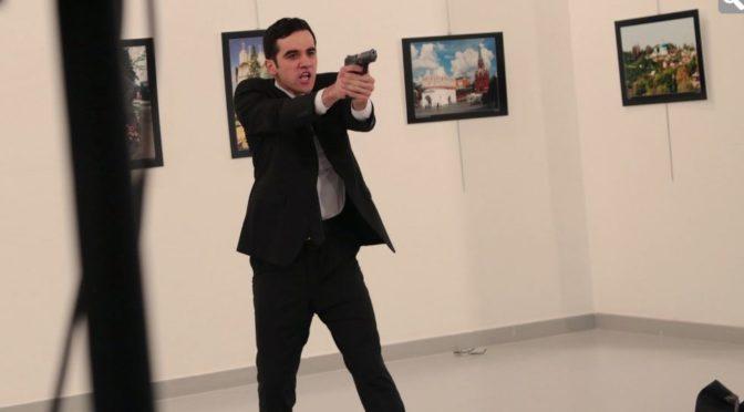 Islamista zavraždil ruského velvyslance v Turecku, muslimové slaví v diskusích (video)