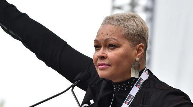 Protest proti Trumpovi s vražedkyní na pódiu, ve Washingtonu mluvila o ženských právech