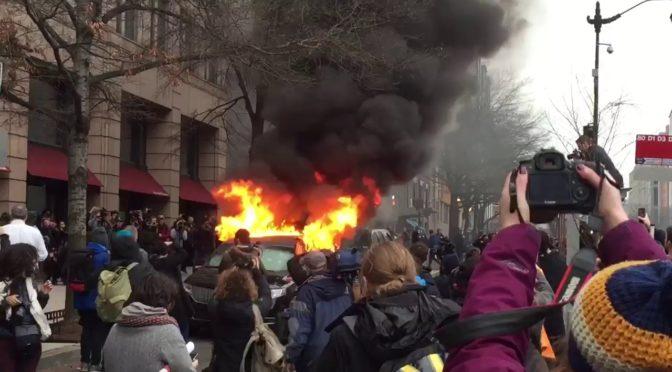 Přešlap odpůrců Donalda Trumpa. Zapálili limuzínu patřící muslimskému imigrantovi