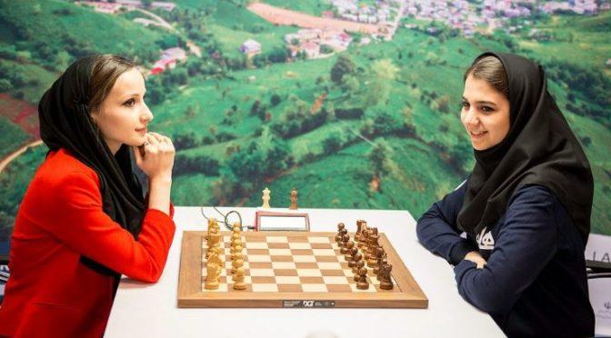Íránské mistrovství světa v šachu: Hráčky se poslušně zahalily