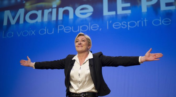 Feministka narušila projev Marine Le Pen v Paříži. Odmítnutí šátku v Libanonu prý byla póza