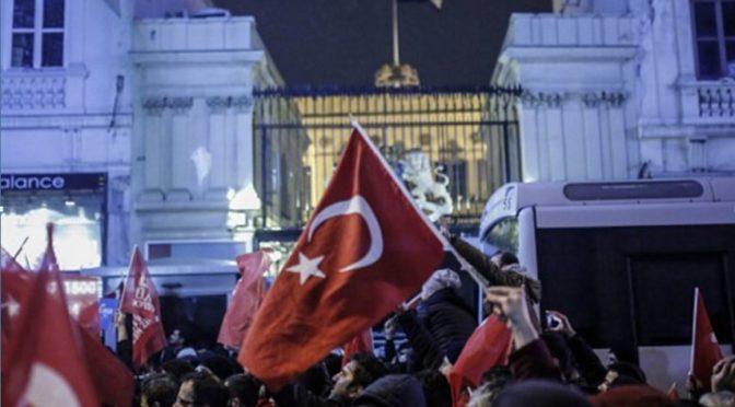 """Turci při demonstraci vymačkávali """"fašistické pomeranče."""" Poukazovali na Nizozemce"""