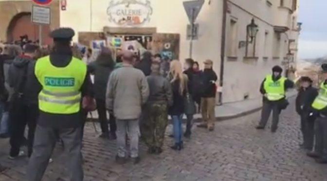 """Několik desítek lidí dorazilo podpořit švédského """"vzpurného"""" policistu. Ten jim poděkoval dopisem"""