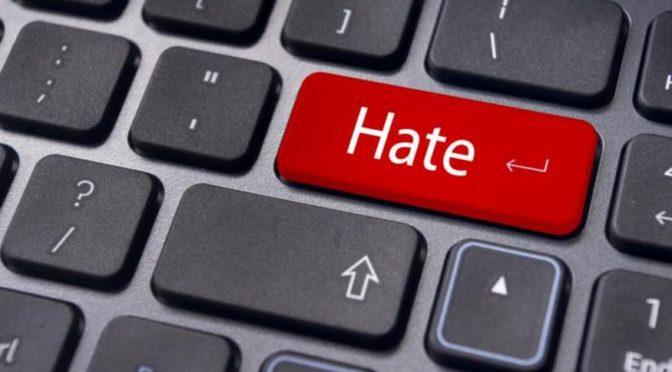 Zeman klopýtl a přišly nenávistné komentáře: Mohl spadnout na tu ruskou tlamu