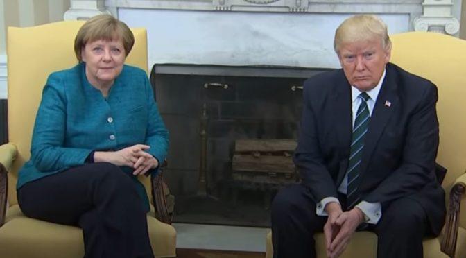 """MANIPULACE: Trumpovo """"nepodání ruky"""" Merkelové"""