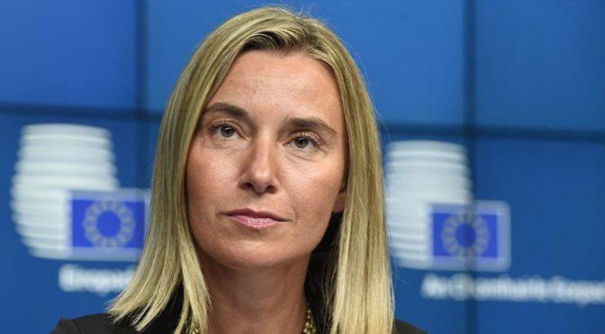 Mogherini navštívila Bělehrad. V parlamentu se setkala s tvrdým odporem (video)