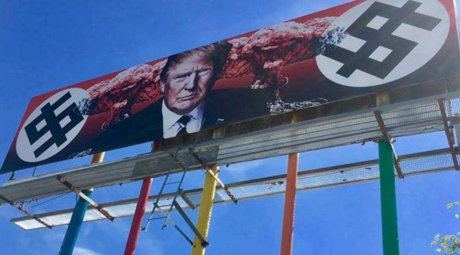 Billboard proti Trumpovi: Svastiky, atomové hřiby, Rusko a klauni