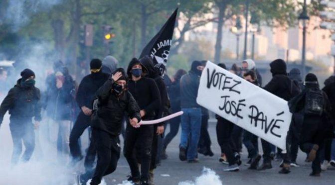 Létající předměty, útoky na policii. Francouzská levice protestovala proti výsledkům voleb