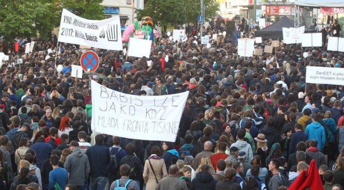 Demonstrace proti Zemanovi a Babišovi se zvrtla v předvolební agitku