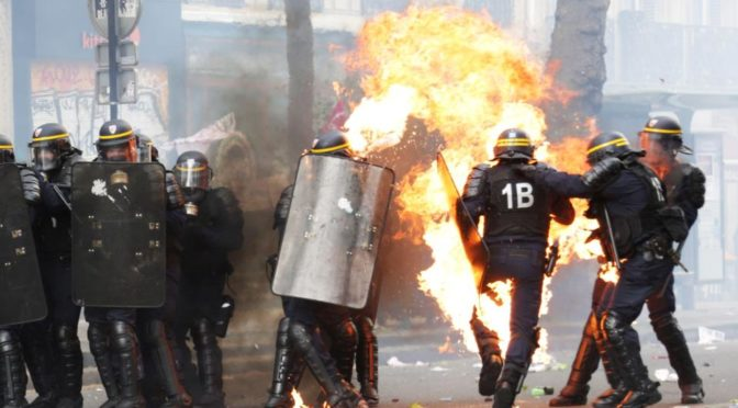 Stop fašismu, křičeli u toho. Antifa málem upálila tři policisty
