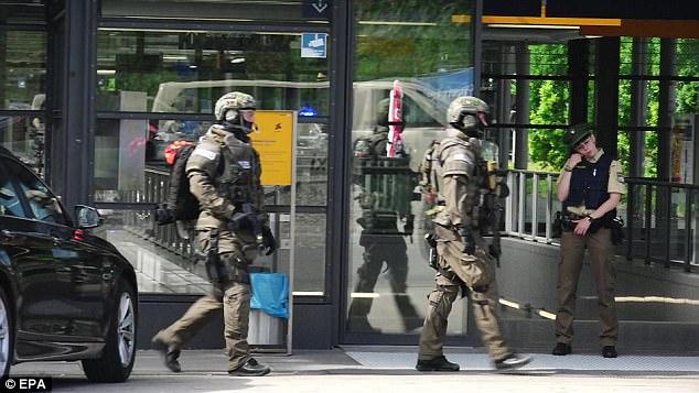 Muž na nádraží v Mnichově vzal policistce zbraň a střelil ji do hlavy