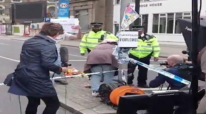CNN natáčela falešnou demonstraci muslimů. Zúčastnila se jí i Česká televize