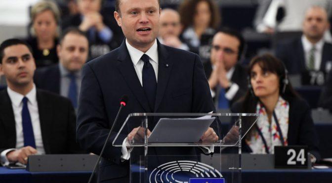 Vysocí úředníci EU se vyhýbají placení daní, ukázaly Panama Papers