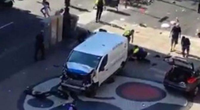 VIDEO těsně po útoku v Barceloně. Řidič dodávky zabil a zranil desítky lidí