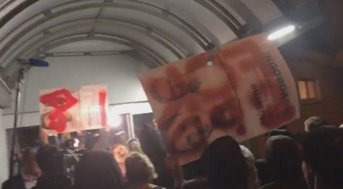 VIDEO: Vandalové zlikvidovali plakáty Svobodných a šli demonstrovat proti zvolení SPD