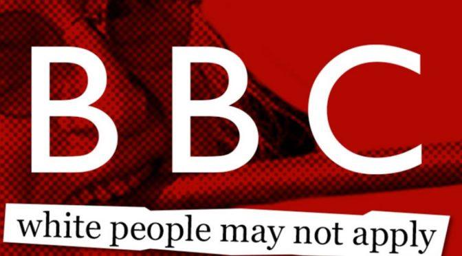BBC při výběru pracovníků otevřeně diskriminuje bělochy, dělá to prokazatelně déle než rok
