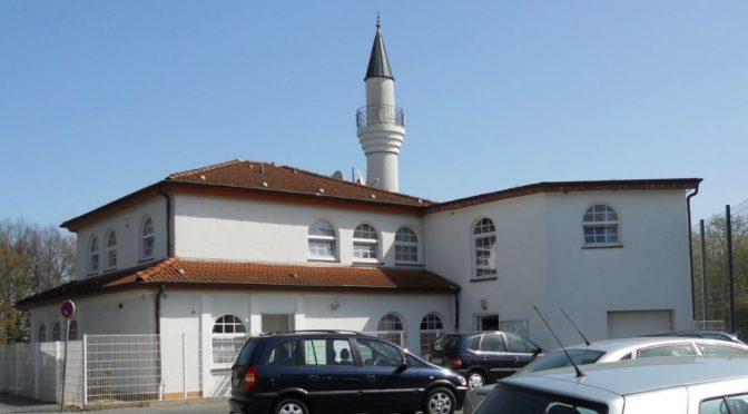 Muslimský pár nenávistně zaútočil na kněze. Policie nepomohla