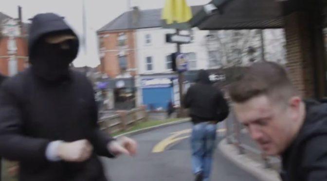 VIDEO: Antifa v přesile fyzicky napadla Tommyho Robinsona. Britská policie tiše přihlížela, někteří se i smáli