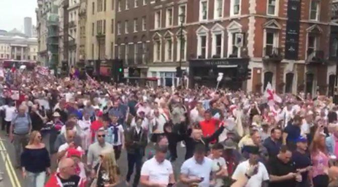 Demonstrace na podporu Tommyho Robinsona se zúčastnily desítky tisíc lidí. Od médií ignorace