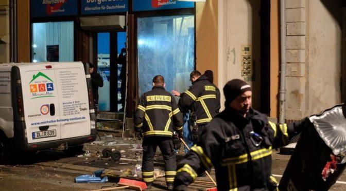 Spáchali bombový atentát na kancelář AfD. Do vazby nepůjdou, prý není důvod